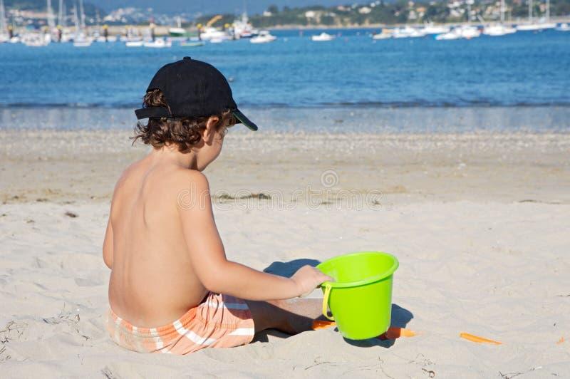 leka för strandpojke fotografering för bildbyråer