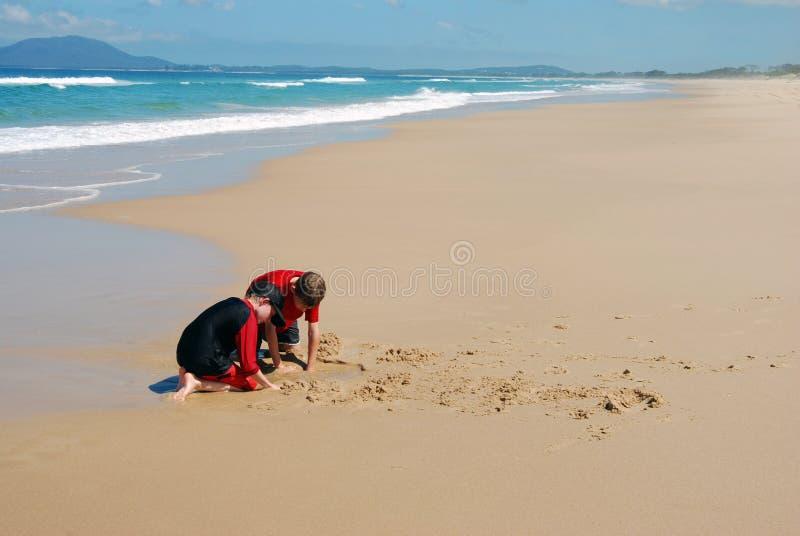leka för strandungar royaltyfria foton