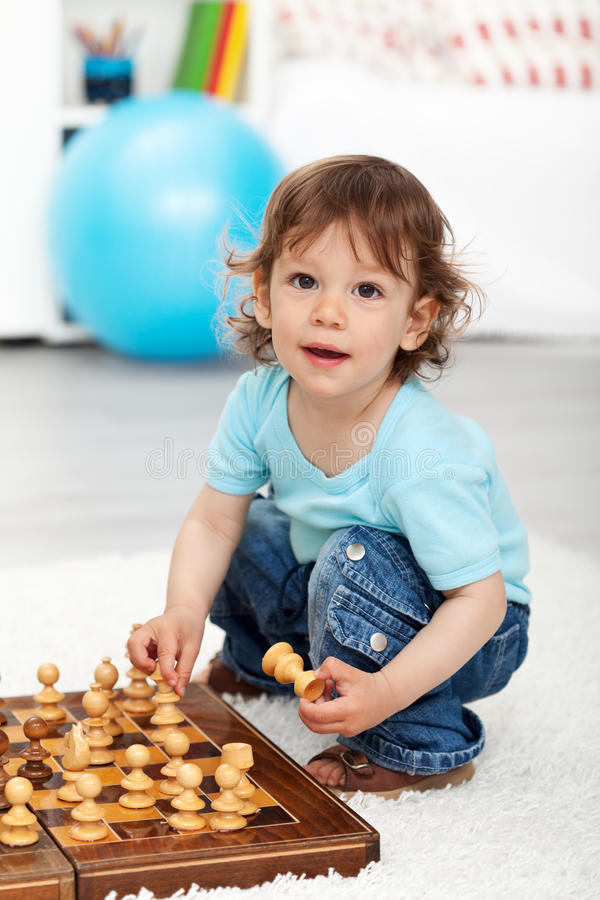 leka för stycken för förtjusande pojkeschack litet royaltyfri foto