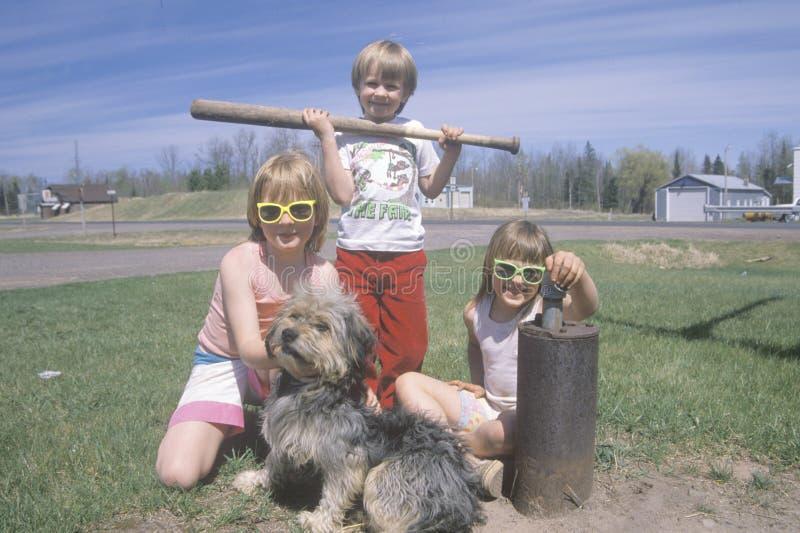 Leka för tre barn royaltyfria foton