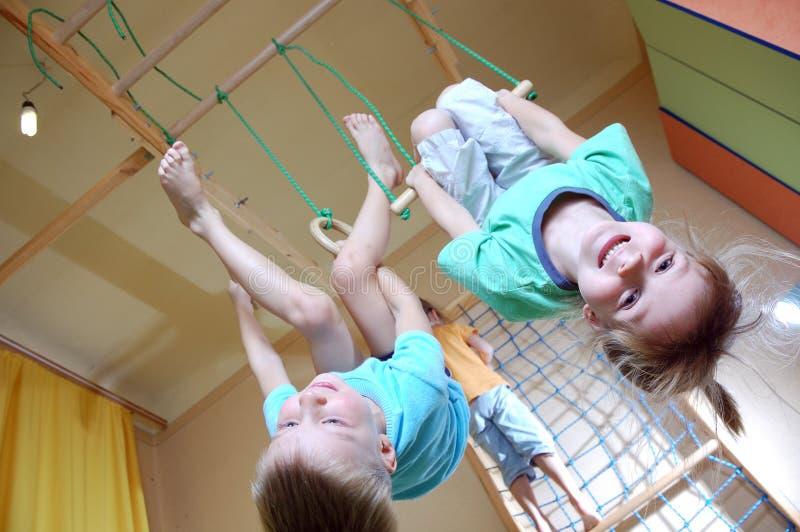 leka för ungar som är sportigt royaltyfri foto