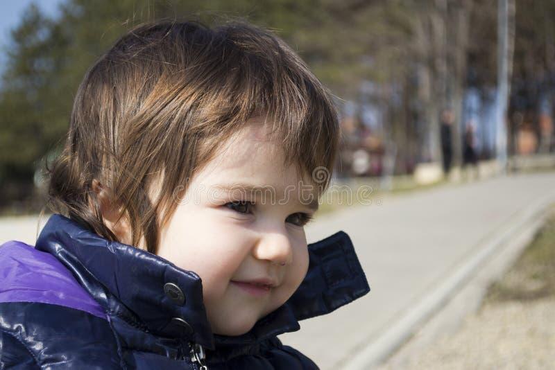 leka för yttersida för flicka lyckligt litet arkivfoto