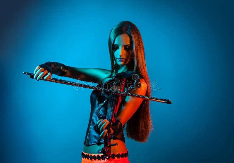 leka fiol för flicka arkivbild