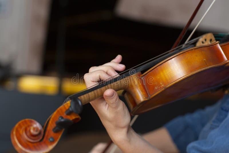 leka fiol för flicka Hand av en flicka och en lurendrejeri royaltyfri fotografi
