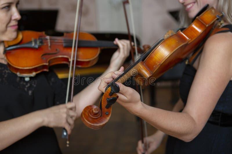 leka fiol för flicka Hand av en flicka och en lurendrejeri arkivfoto