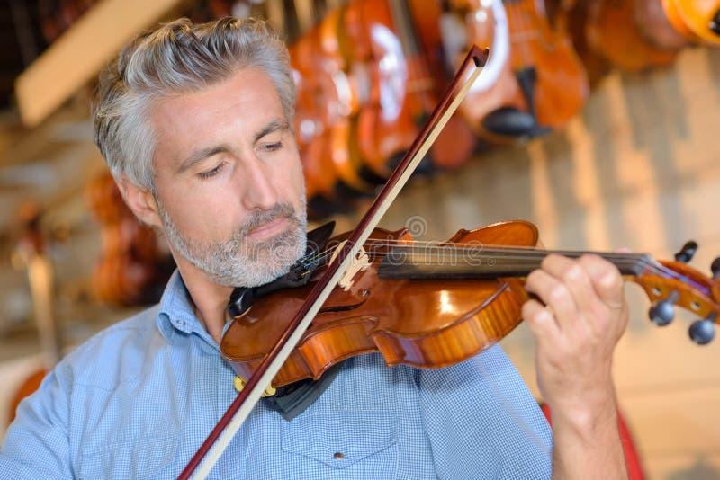 leka fiol för man royaltyfri bild