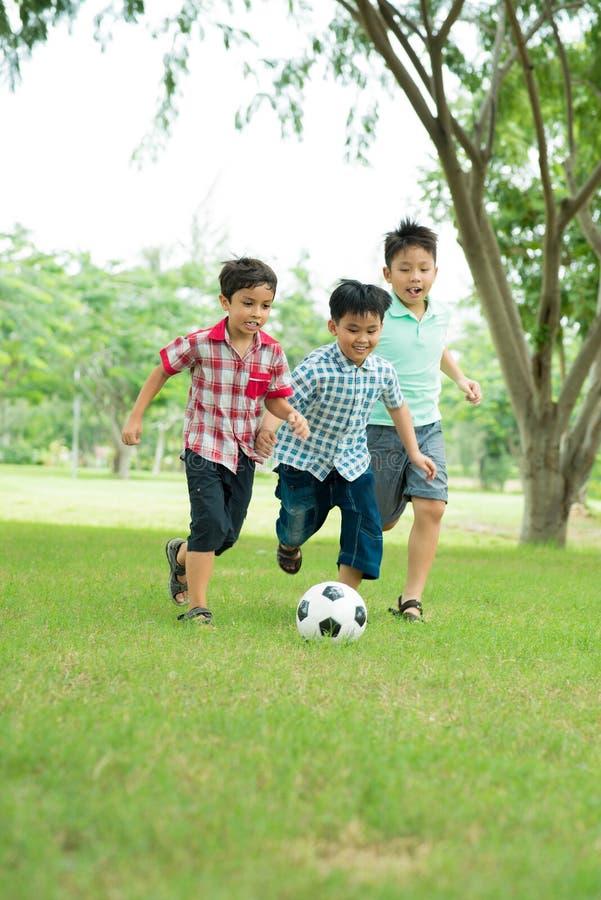 leka fotboll arkivfoto