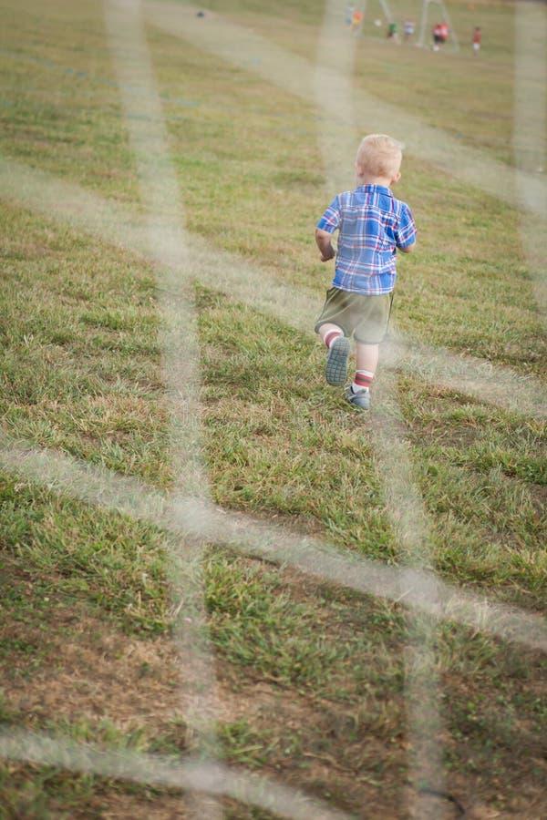 leka fotboll för barn royaltyfri bild