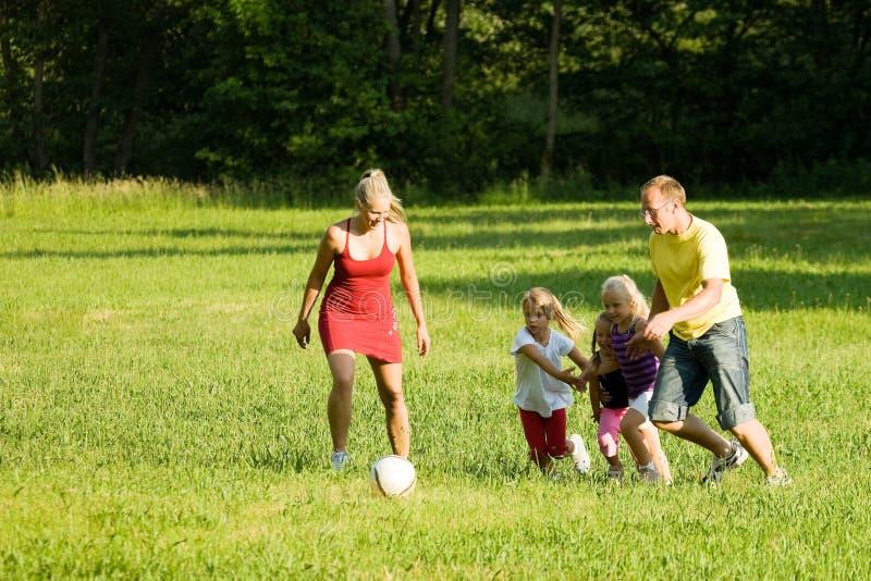 leka fotboll för familj