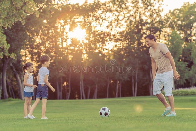 leka fotboll för familj arkivbilder