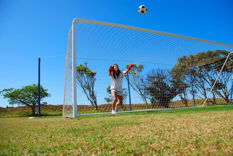 leka fotboll för flicka royaltyfri foto