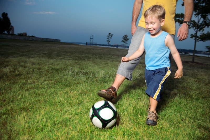 leka fotboll för pojke royaltyfri bild