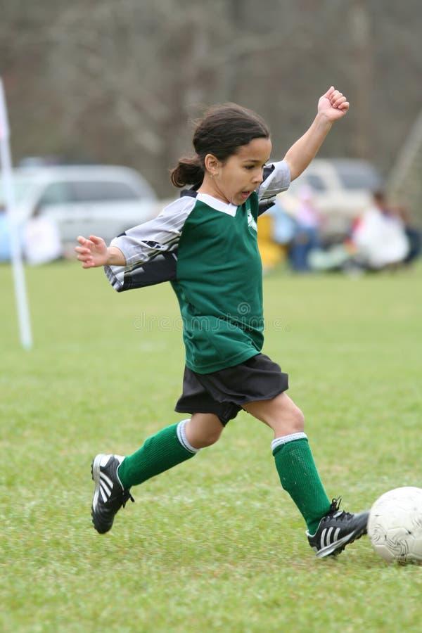 leka fotbollbarn för flicka arkivfoton