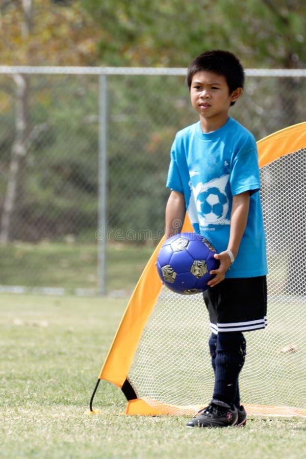 Download Leka fotbollbarn för pojke arkivfoto. Bild av skor, sportar - 276368