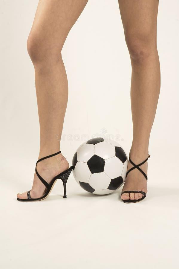 leka fotbollkvinna arkivfoto
