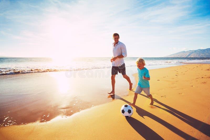 leka fotbollson för fader arkivbild