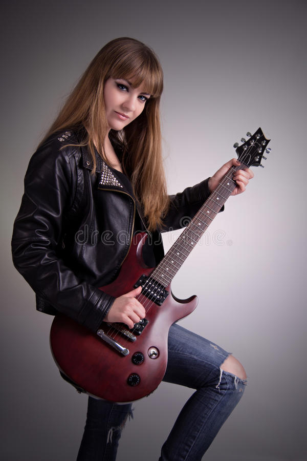 Leka gitarr för härlig flicka arkivfoton