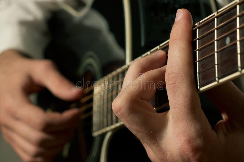 Leka gitarr för musiker arkivfoton