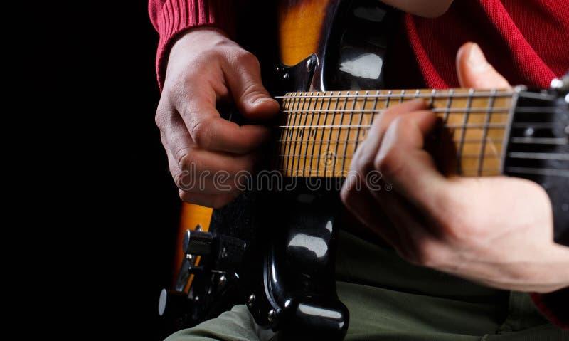 Leka gitarren Live musik Vit maskering och saxofon Den elektriska gitarren, gitarristen, musiker vaggar saxofon f?r del f?r horns fotografering för bildbyråer