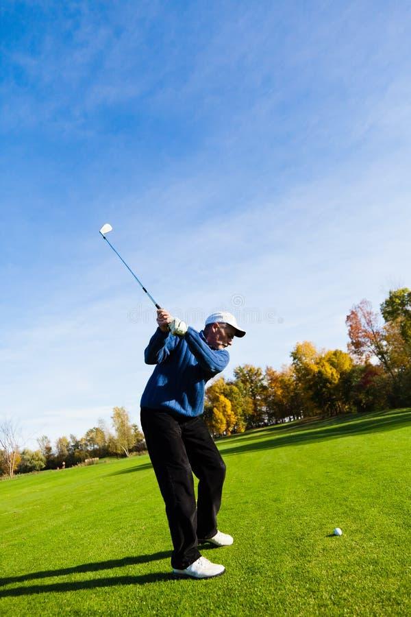 Leka golf för man arkivbild