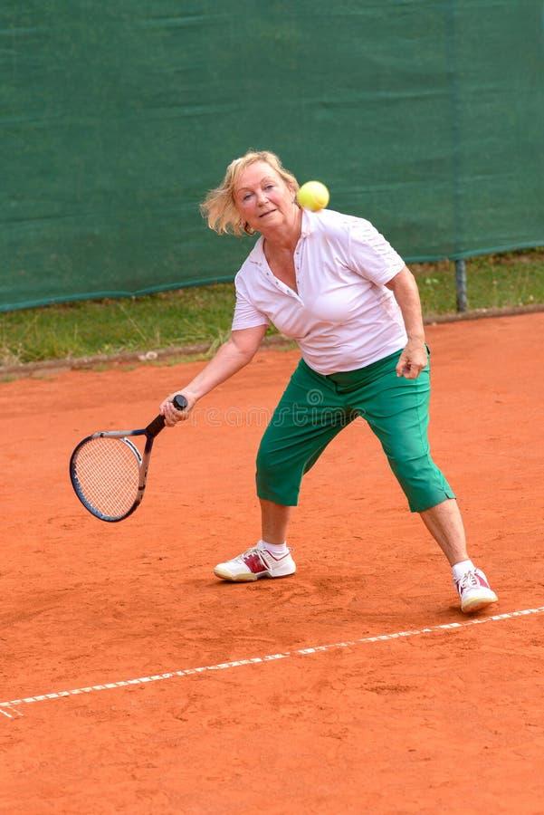 leka hög tenniskvinna royaltyfri bild