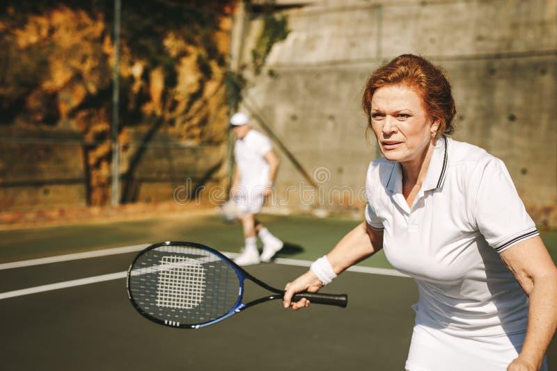 leka hög tenniskvinna arkivfoton
