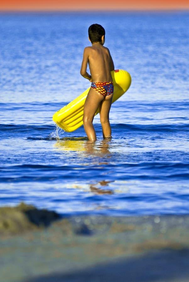 leka hav för pojke royaltyfria bilder