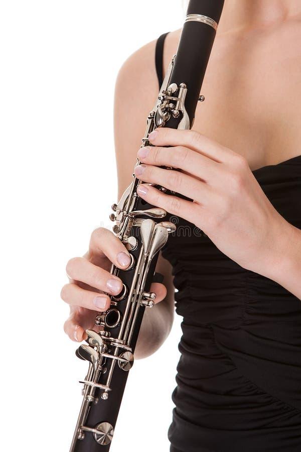 Leka klarinett för härlig ung kvinna royaltyfri foto