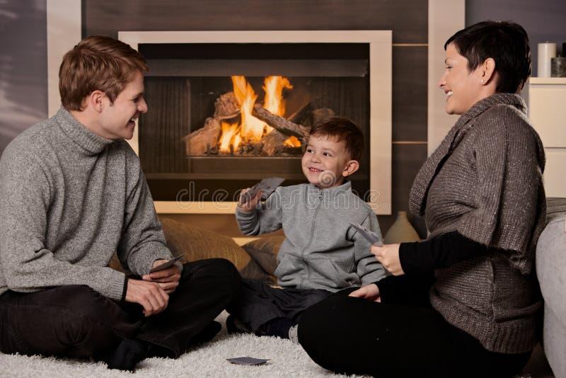 Leka kortspel för ung familj arkivbilder
