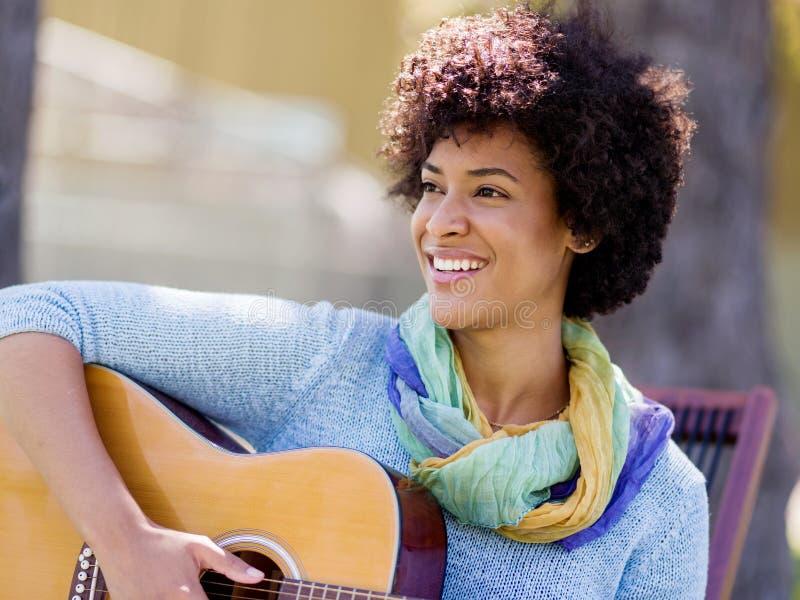 Download Leka kvinna för gitarrpark arkivfoto. Bild av musik, härlig - 78729470