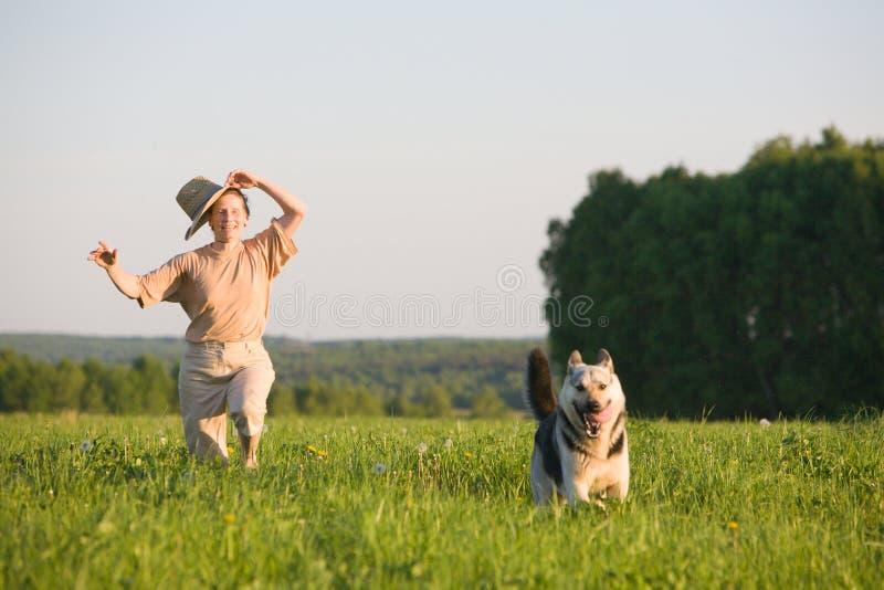 leka kvinna för hund royaltyfri bild