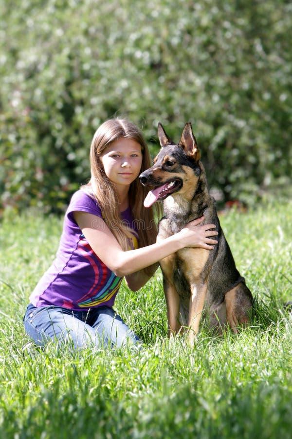 leka kvinna för hundpark royaltyfri foto