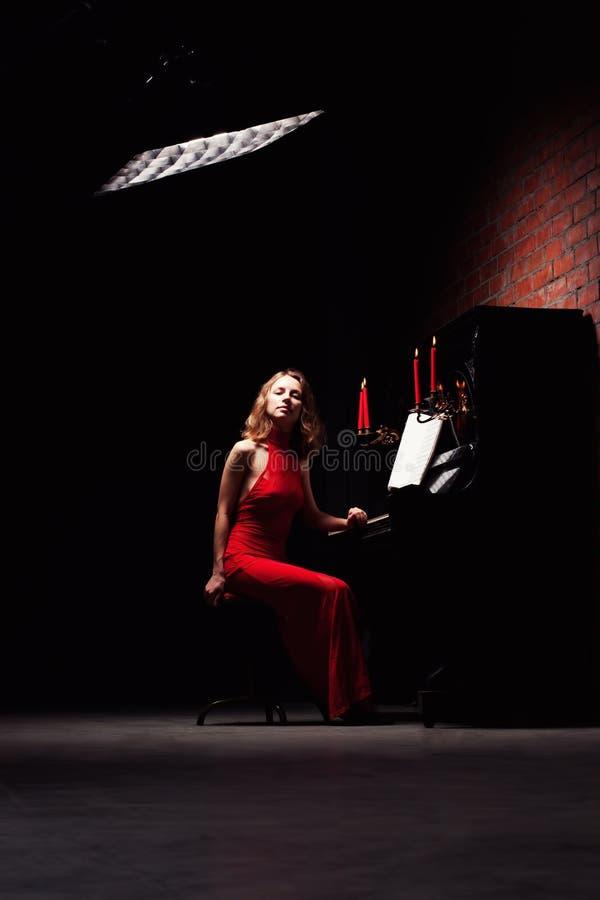 leka kvinna för piano arkivbild