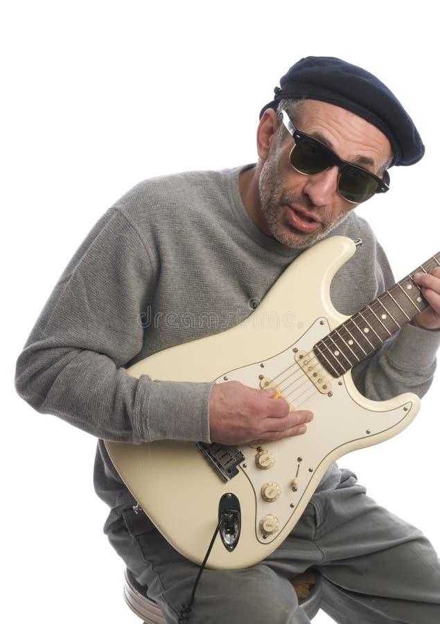 leka pensionär för gitarrman arkivbilder