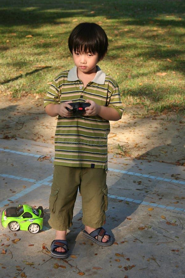 leka remote för pojkebilkontroll arkivfoto