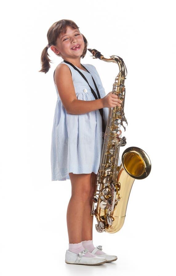 Leka saxofon för liten flicka royaltyfri fotografi