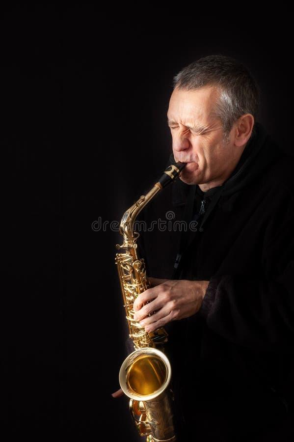 leka saxofon för man royaltyfria bilder