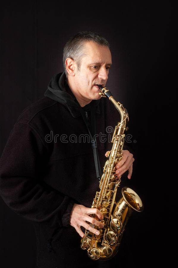 leka saxofon för man fotografering för bildbyråer