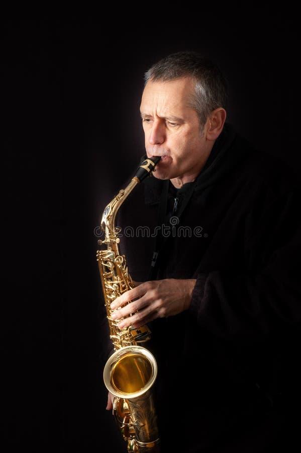 leka saxofon för man royaltyfri fotografi