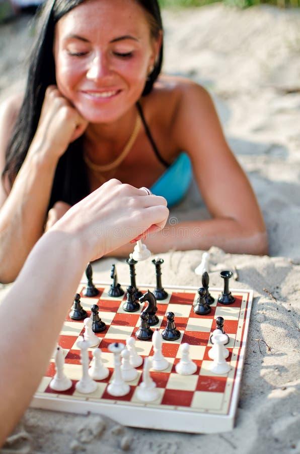 Leka schack för kvinna royaltyfri fotografi
