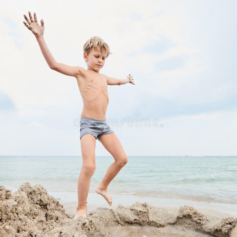 leka seashore för barn arkivfoton