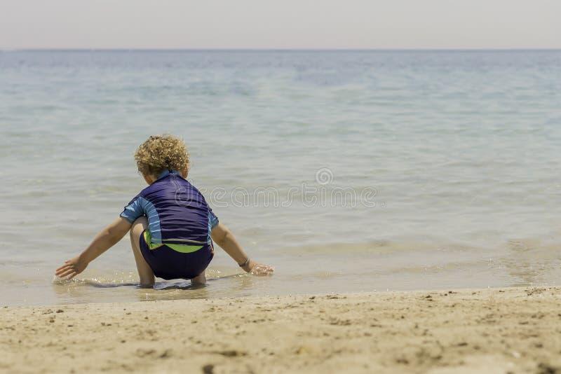 leka seashore för barn royaltyfri foto