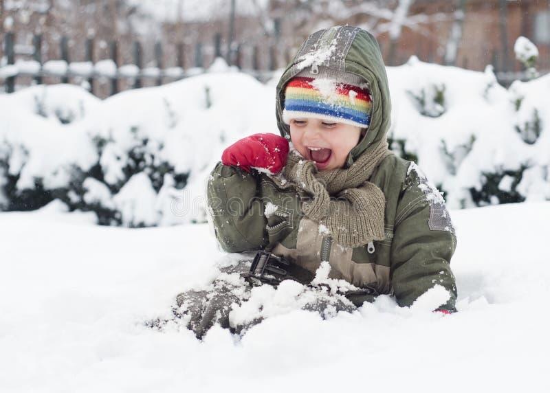 leka snow för barn arkivbild