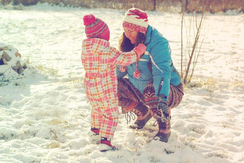 leka snow för dottermoder royaltyfri fotografi