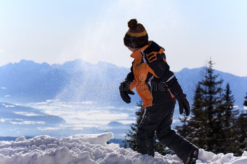 leka snow för pojke arkivfoto