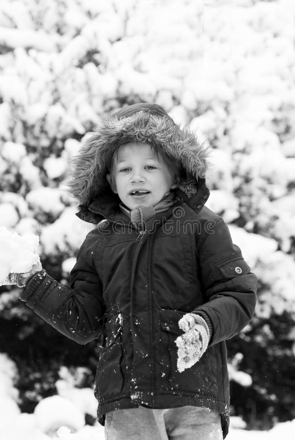 leka snow för pojke arkivbild