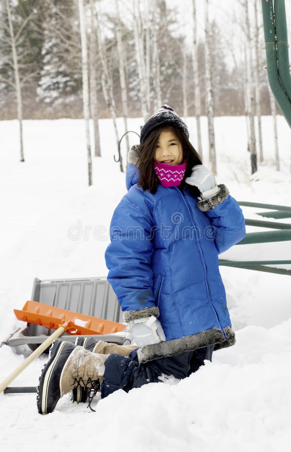 leka snowbarn för flicka arkivbilder