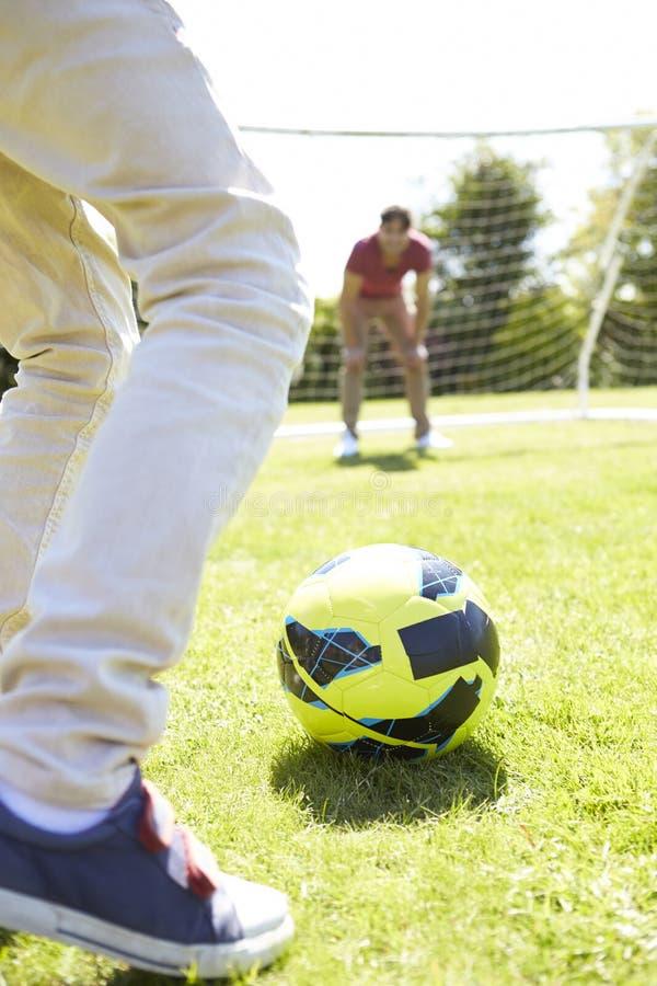 leka son för faderfotboll tillsammans royaltyfri fotografi