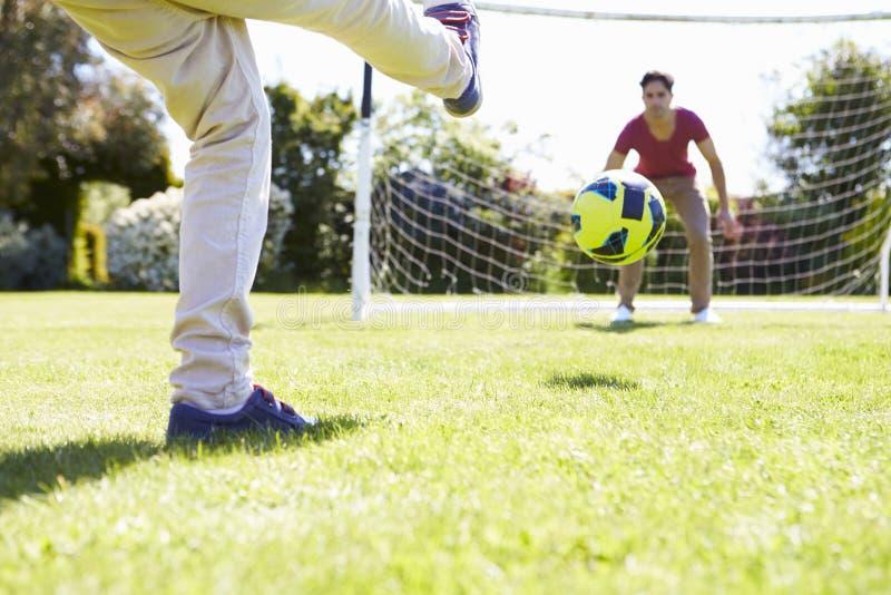 leka son för faderfotboll tillsammans arkivbilder