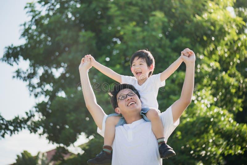 leka son för faderpark arkivfoton